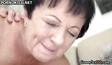 Зрелую бабушку трахнули в киску сзади перед камшотом