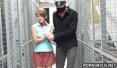 Полицейский трахает грязную молодую русскую проститутку