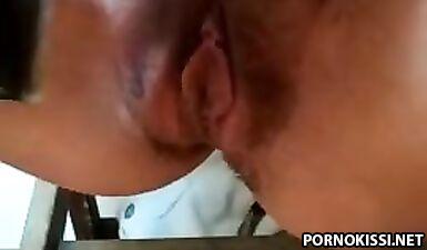 Девушка бреет перед веб-камерой пилотку