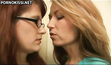 Зрелая лесбиянка нагнула раком девушку в очках