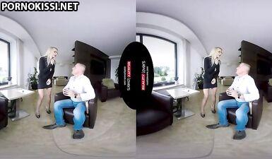 Озабоченная блондинка с большими сиськами и в очках соблазняет мужика