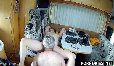 Седой муж наслаждается мокрой пилоткой толстой жены