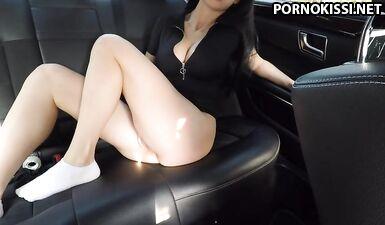 Горячая девушка мастурбирует на заднем сиденье машины