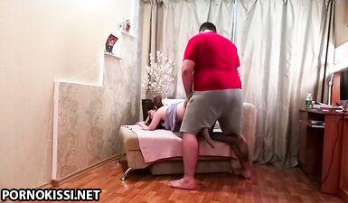 Стройная девушка в колготках трахается с толстячком раком