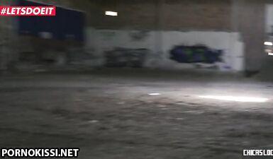 Латина занимается тройничком на пустом складе с лучшей подругой