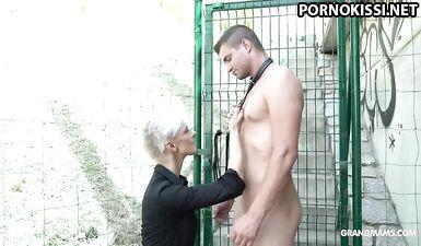 Худенькая бабушка трахает раба-твинка на публике