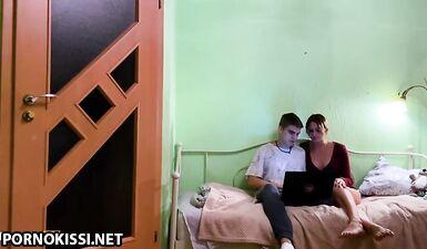 Студентка попросила помочь своего соседа по комнате и получила сочный кампшот на лицо ахегао