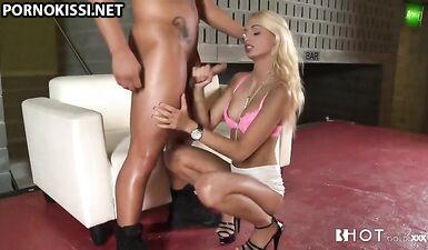 Горячая блондинка играет с твердым членом