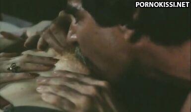 Две зрелые женщины из далекого 1985 года ублажают мужика