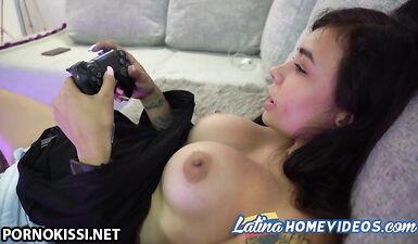 Колумбийская девушка-геймер раздевается и играет во время мастурбации