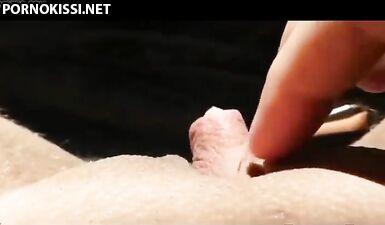Девушка демонстрирует крупным планом свой клитор, который можно оттянуть