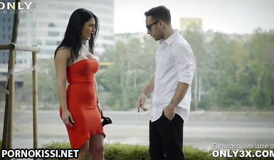 Эффектная брюнетка в красном платье выглядит очень сексуально