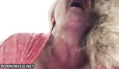 Бабушка громко стонет от масурбации в позе раком и кончает