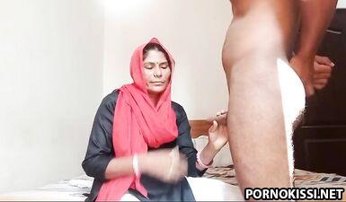 Мусульманка Дези в платке согласилась на минет и еблю раком перед камерой