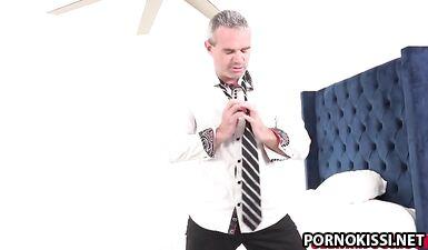 Крисс Саймон с большим хуем трахает красотку с длинными ногами Кайлер Куинн