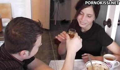 Пьяная русская согласна поебаться на столе