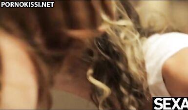 Сексуальная блондинка занимается горячим тройничком с возбужденной пожилой парой