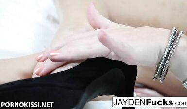 Джейден Джеймс натирает ее тугую дырочку!