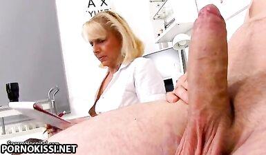 Зрелая медсестра обследует член молодого пациента