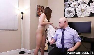 Секретаршу отшлепали в кабинете у начальника