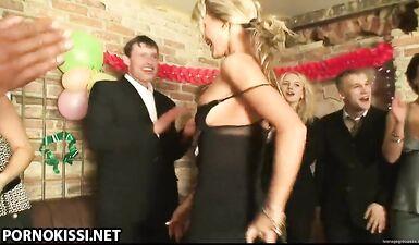 Блондинка-шлюха работает на вечеринке у всех на глазах
