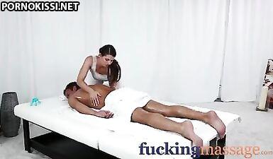 Массажные комнаты - у молодой девушки большие сиськи, покрытые горячей спермой