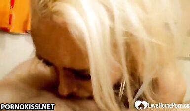 Милфа-блондинка показывает свои навыки минета и получает камшот на лицо