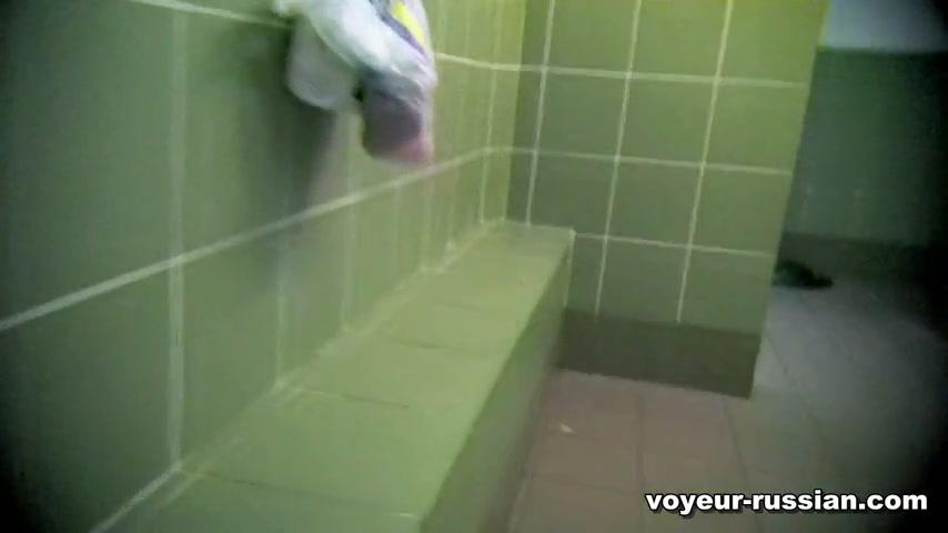 Туалет в бассейне скрытая камера