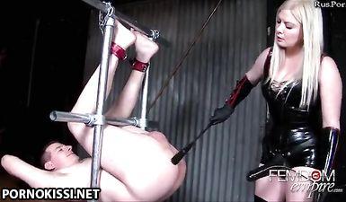 Госпожа в латексе издевается над анусом раба страпоном