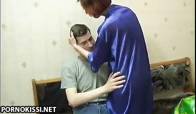 Сын трахает свою русскую мать в растянутую жопу и кончает в неё