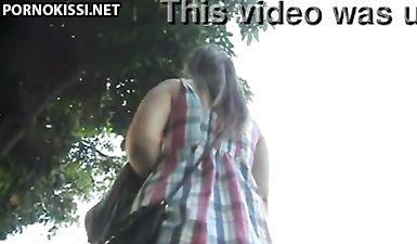 Большая круглая попка в трусиках под юбкой у девушки на улице