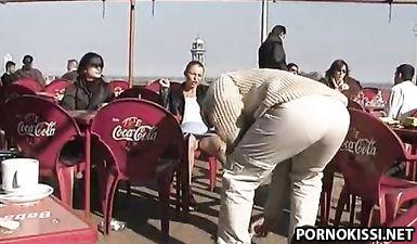 Девушка раздвинула ноги в парке и засветила влагалище под юбкой