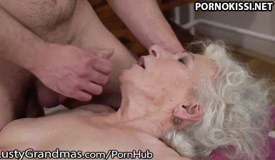 Бабушка с волосатой пиздой учит внука как трахать женщин на своем примере