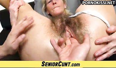 Внук рукой дрочит бабушке волосатое влагалище до её оргазма
