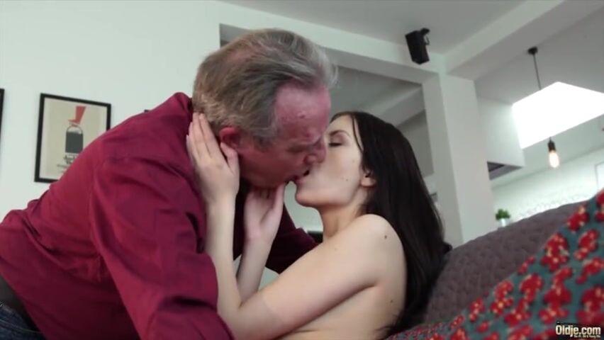 извиняюсь, но, по-моему, снимает свой секс с девушкой на скрытую темболее хорошим качеством