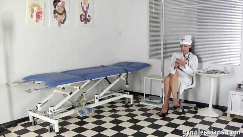 Лесбиянки лижат киски гинекологи