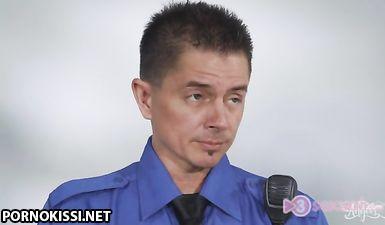 Заключенный транс с сиськами получил еблю на свидании с охраной