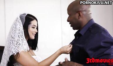Невеста трахается с негром перед женихом куколдом