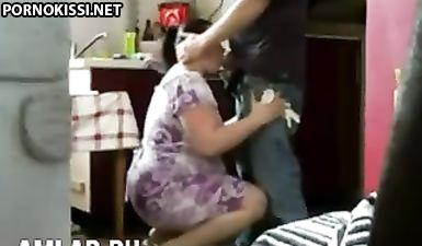 Толстая мама узбечка делает минет своему сыну стоя на коленях