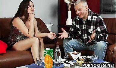 Русский пьяный секс любовников после бутылки водки с соком