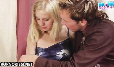 Чувак напоил молодую блондинку с аппетитными сиськами и оттрахал