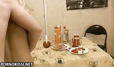 Бородач трахает пьяную блондинку с обвисшими сиськами у себя дома