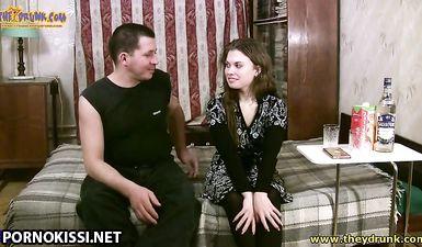 Молодая парочка познакомилась и начала ебаться по пьяной лавочке