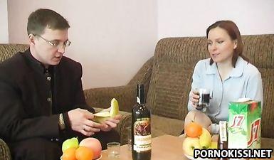 Начальник пригласил к себе секретаршу напоил её и оттрахал на диване