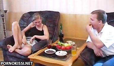 Пьяная девушка согласилась первый раз дать в попку раком