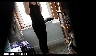 Скрытая камера в туалете сняла голую стройную девушку перед душем