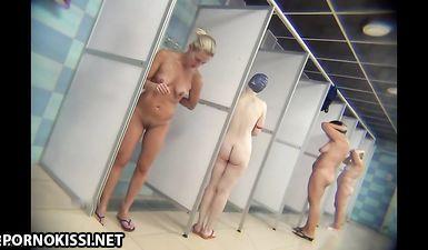 Скрытая камера в общественной бане снимает дряблые жопы женщин