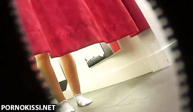 Голая блондинка с широкими бедрами на скрытой камере