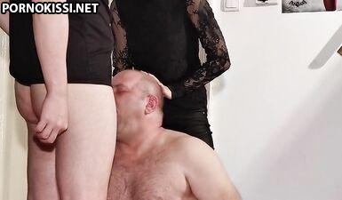 Юная готическая домина помогает отчиму трахнуть раба в рот