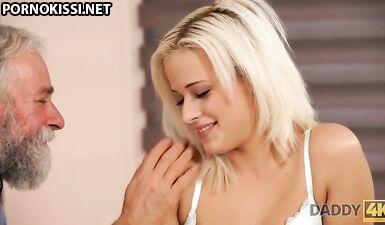 Стройная блондинка отдалась старому отцу бойфренда